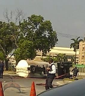 Fuel Tanker1 Pics: Fuel Tanker spills fuel after somersaulting in Lekki, causes traffic