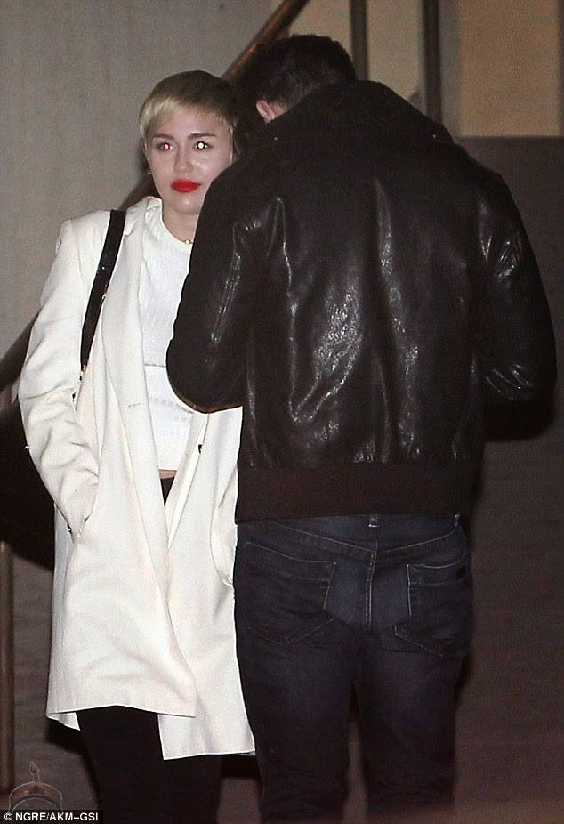 miley cyrus5 Miley Cyrus & Patrick Schwarzenegger spotted kissing in public