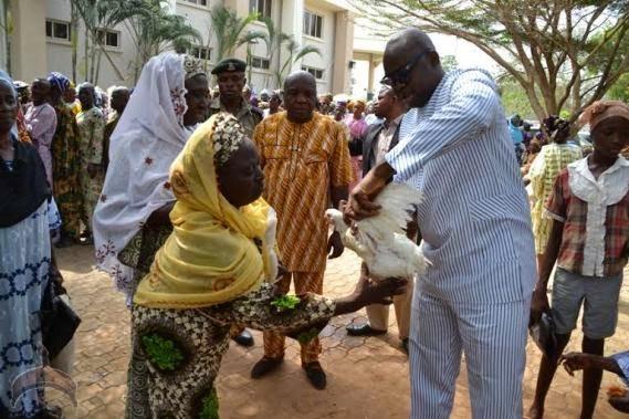 0018 Photos: Fayose Shares rice, chicken & cash to Ekiti people