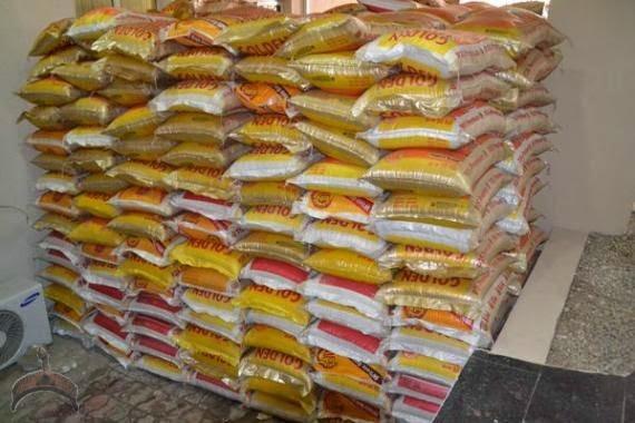 029 Photos: Fayose Shares rice, chicken & cash to Ekiti people