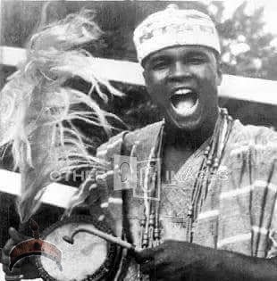 Legendary American boxer Mohammed Ali (Lagos, 1964) in Aso Oke with his gangan drum saying Yòrùbá l'Ọba Yoruba is royalty