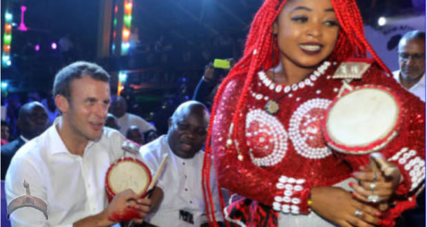 French President Emmanuel Macron performs at the Shrine Afrika in Lagos on July 3, 2018. French President Emmanuel Macron has arrived in Abuja for a meeting with his Nigerian counterpart Muhammadu Buhari, in his latest attempt to forge closer ties with English-speaking Africa. © AFP PHOTO